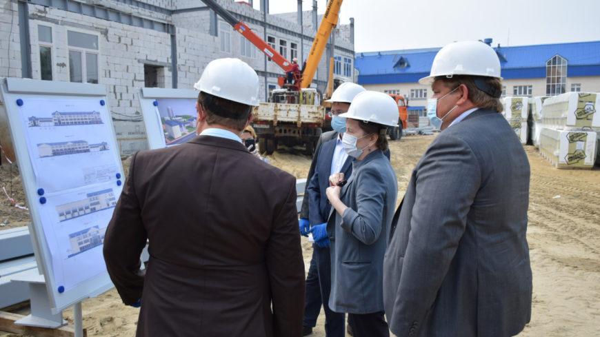 Ход строительства и реконструкции 4 объектов лично оценила в Югорске Наталья Комарова