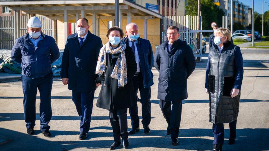 Министр строительства и ЖКХ посетил социально значимые объекты Белоярского